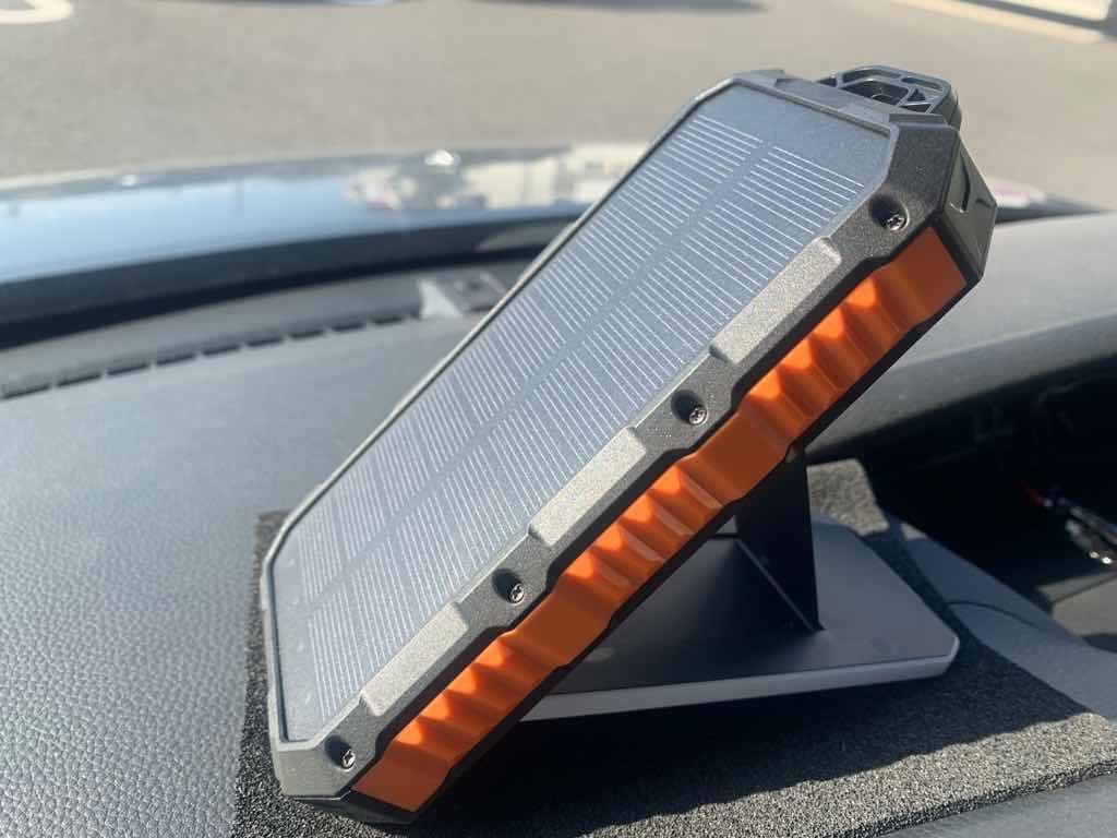 NAGI ZAKKAソーラーモバイルバッテリー